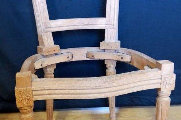 Paire de chaises Marie Antoinette à clochetons à Toulouse